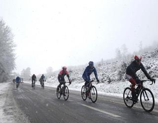 Cycling in winter snow ()