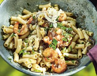 Healthy spicy prawn pasta recipe ()