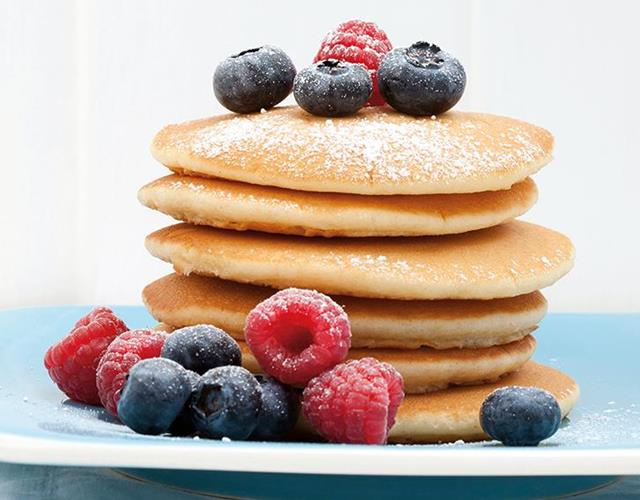vanilla and berry protein pancakes ()