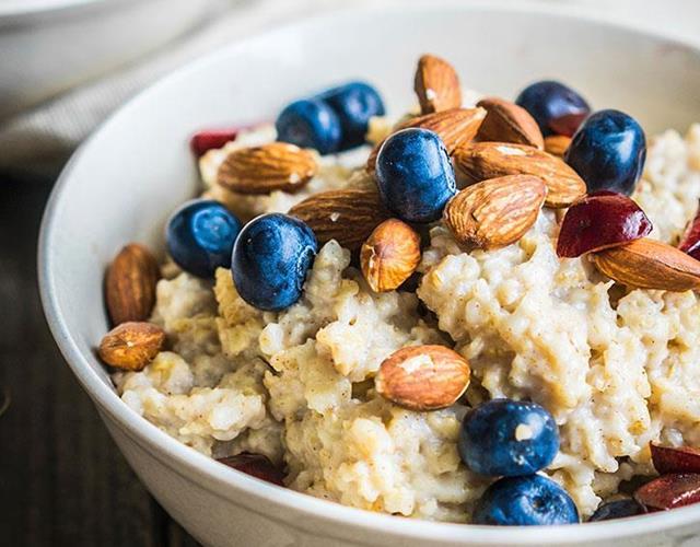 Porridge oats and blueberries ()