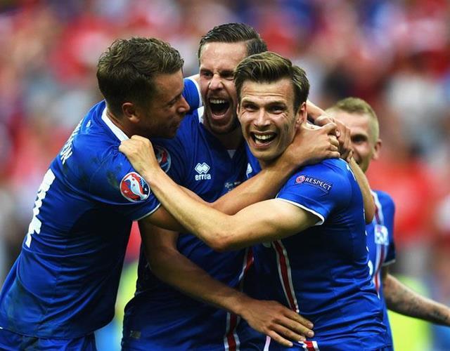 Iceland celebrate beating England ()