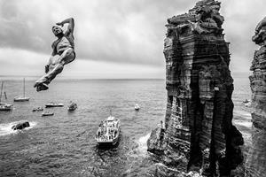 Blake Aldridge cliff diving ()