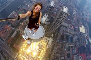 Angela Nikolau skyscraper selfie (Angela Nikolau instagram)