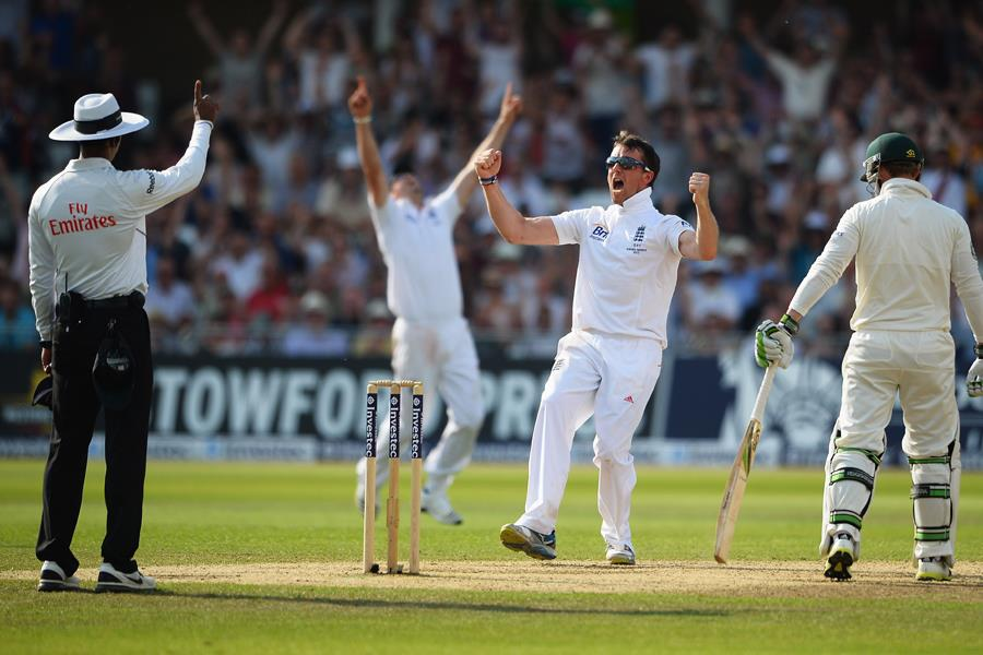 Graeme Swann celebrates Ashes wicket ()