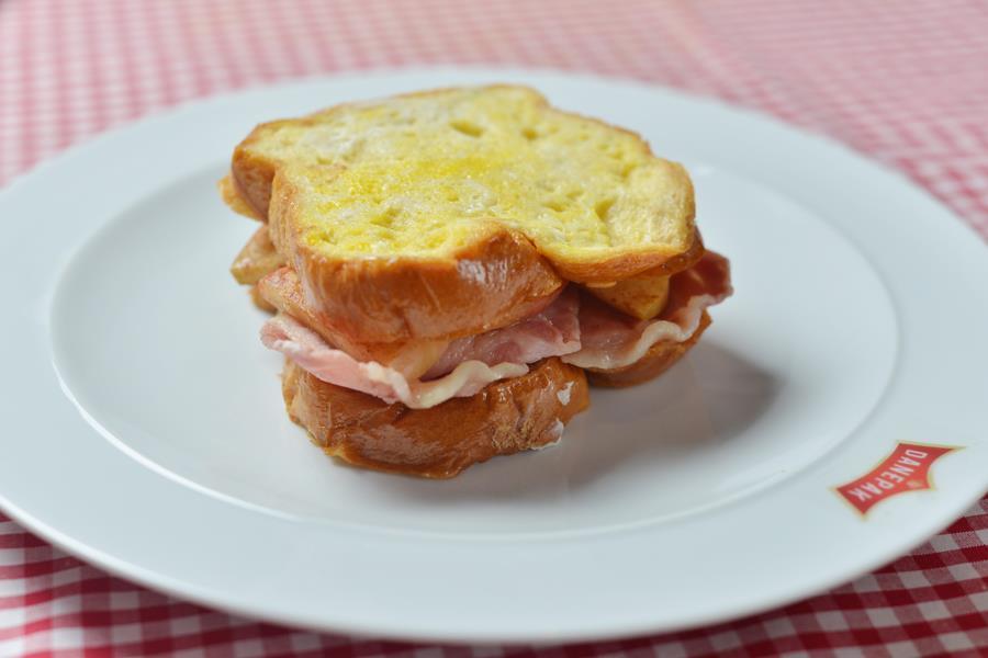 The ultimate bacon sandwich ()