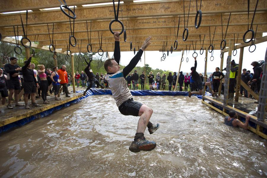 Swinging in an obstacle race ()