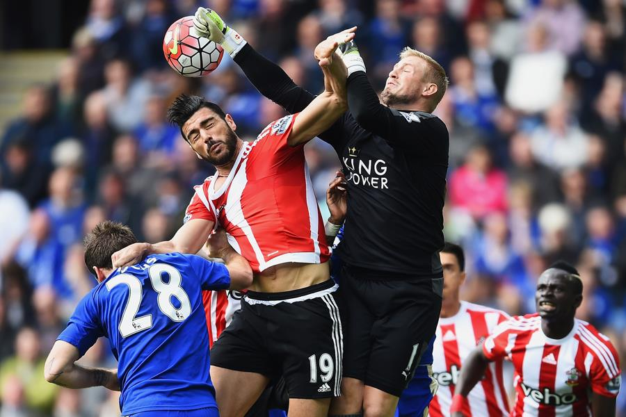 Kasper Schmeichel punching the ball for Leicester City FC ()