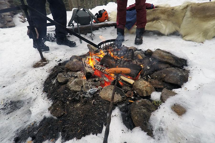 Cooking sausages on a fire in Martinselkonen with FS magazine ()
