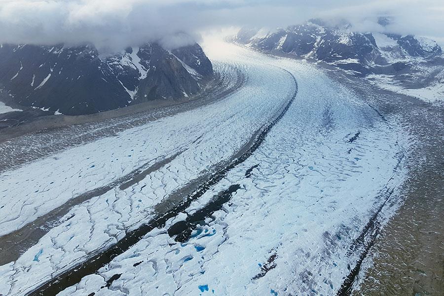 Glacier around Mount Denali with blue glacier water ()