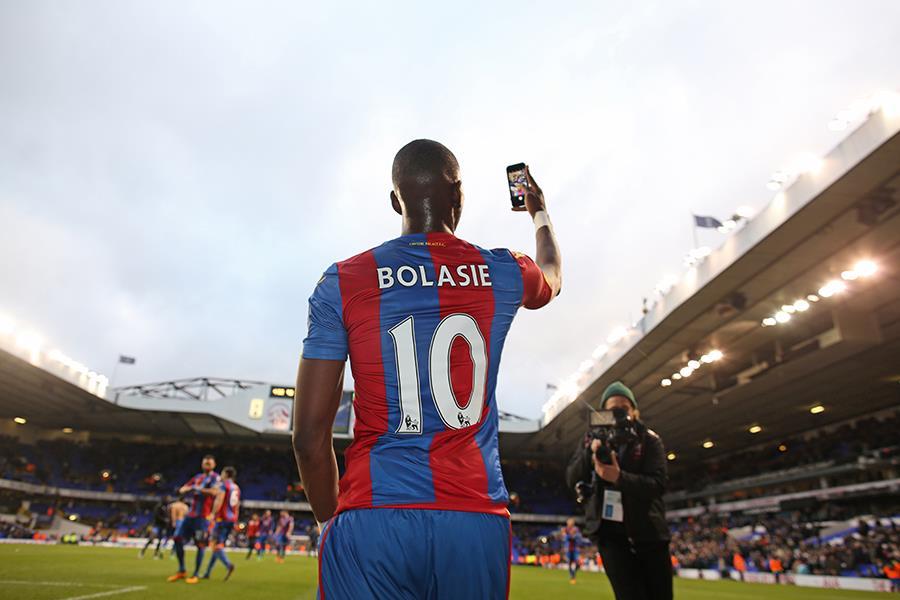 Yannick Bolasie selfie celebration vs Tottenham ()