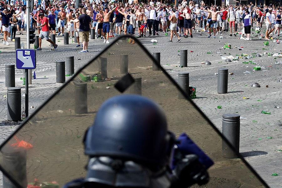 Riot police face british fans in France ()