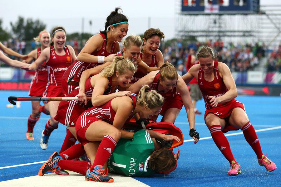 England Hockey players celebrate with Maddie Hinch ()