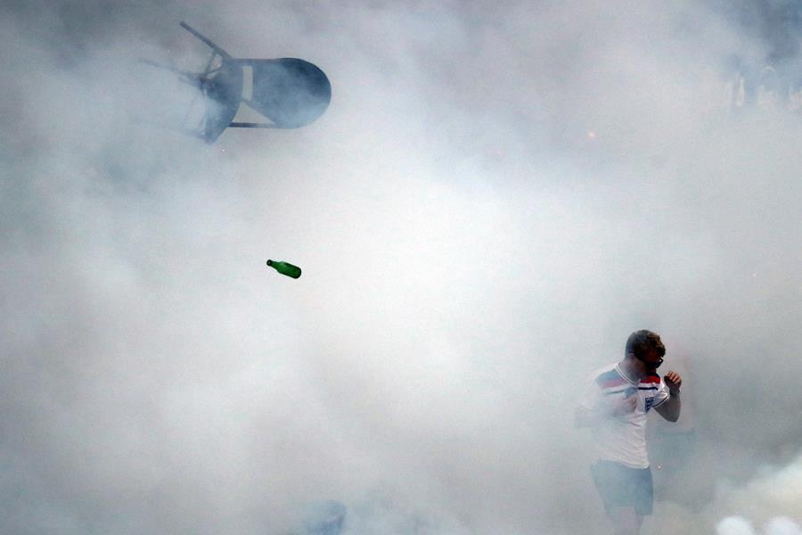 Tear gas Euro 2016 ()