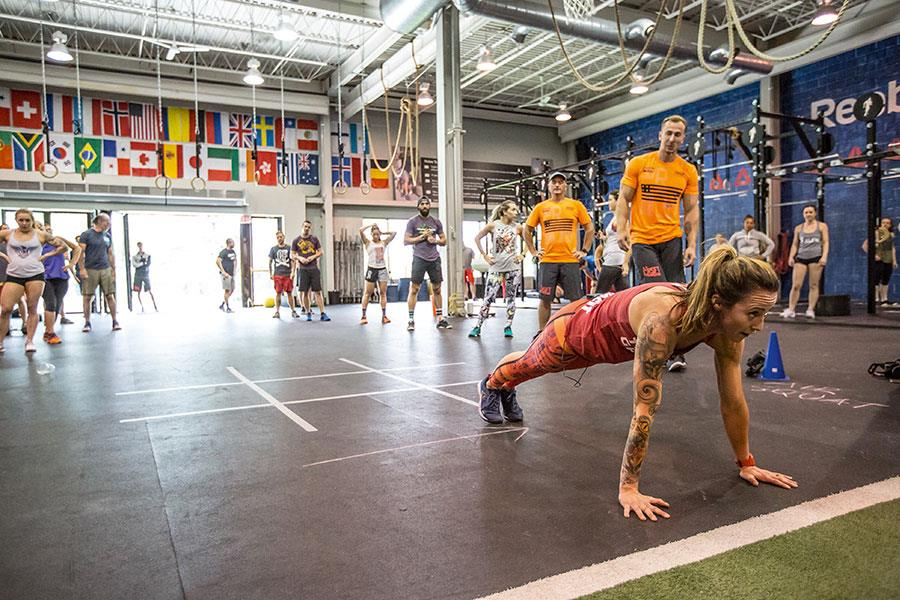 Woman doing press up crossfit  ()
