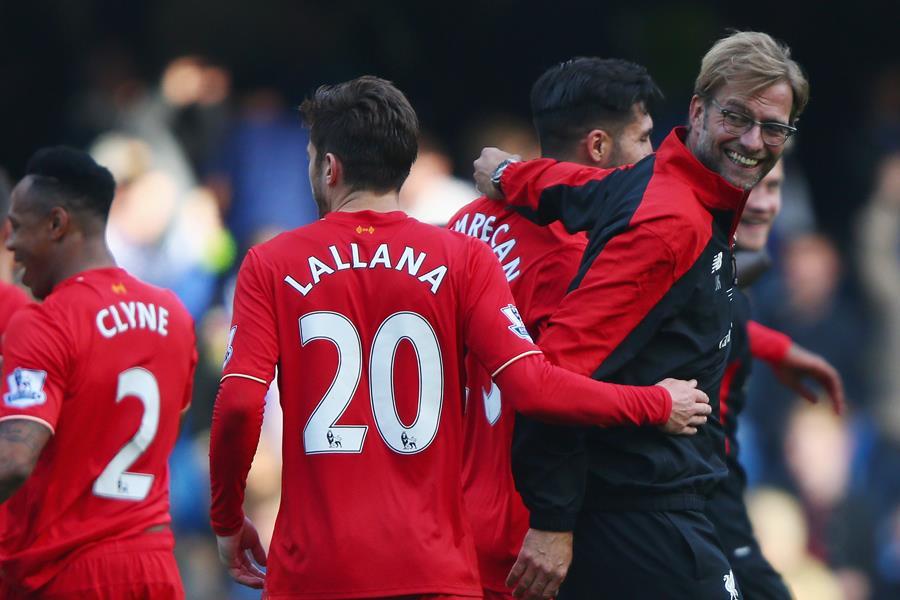Jurgen Klopp celebrates with Liverpool players ()
