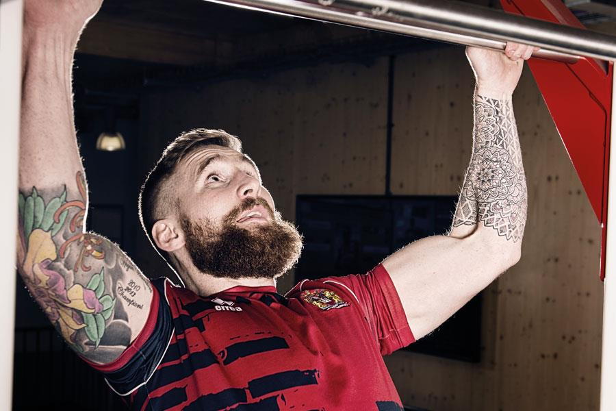 Sam Tomkins pull ups training ()