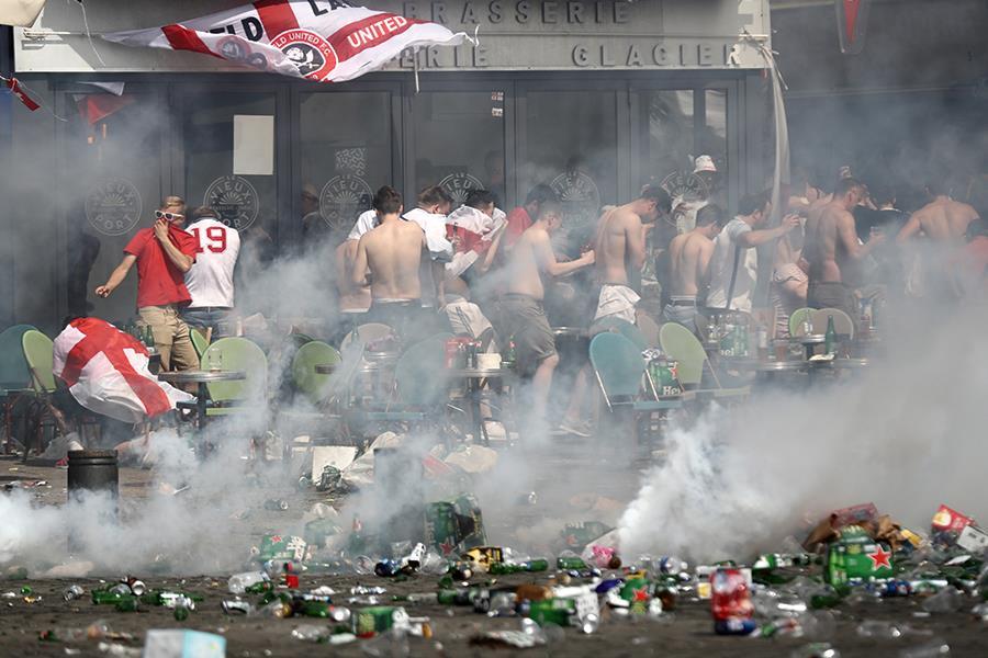 Tear gas france Euro 2016 ()