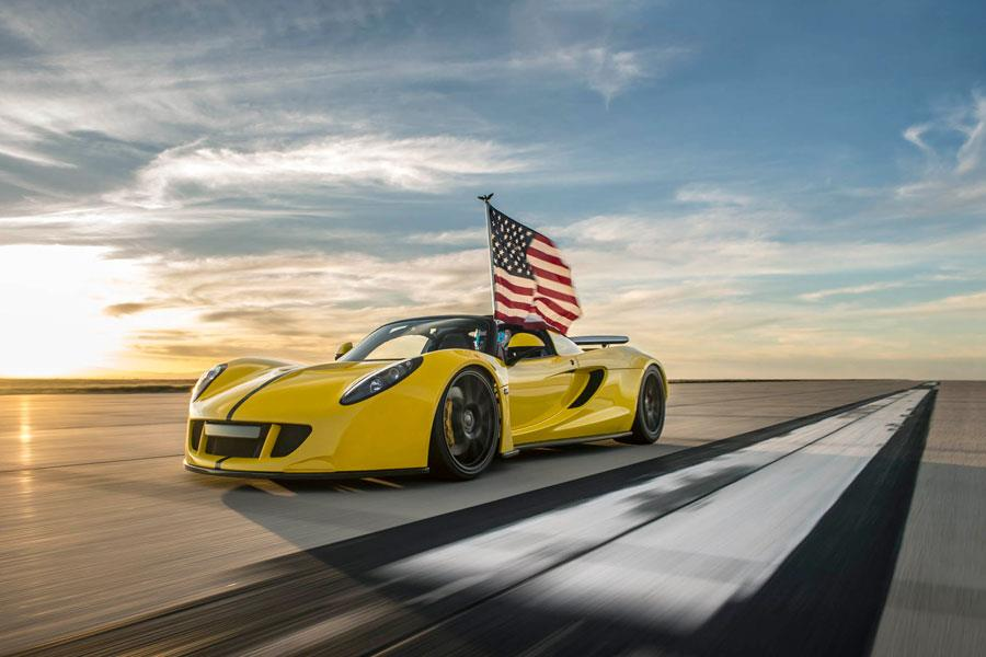 Hennessey Venom GT Spyder with american flag ()
